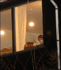 BEVISJAKT: Kriminalteknikere har undersøkt boligen på leting etter spor. Foto: Scanpix