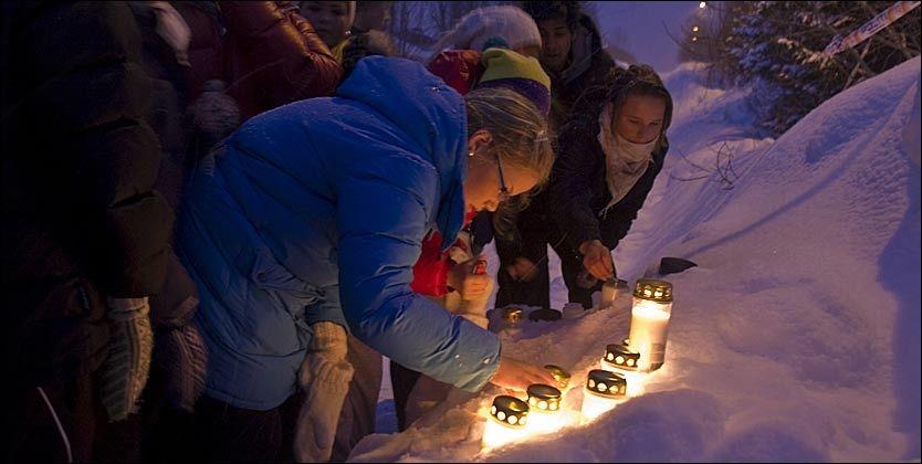 MINNET OFRENE: Ungdommer tente mandag kveld lys utenfor Tomasjordveien hvor Linda Anett Hansen (35) og Ole-Roger Olsen (44) og hans mor Ragna Elida Christensen (61) ble drept. Politiet har siktet leieboeren for trippeldrapet. Foto: Scanpix