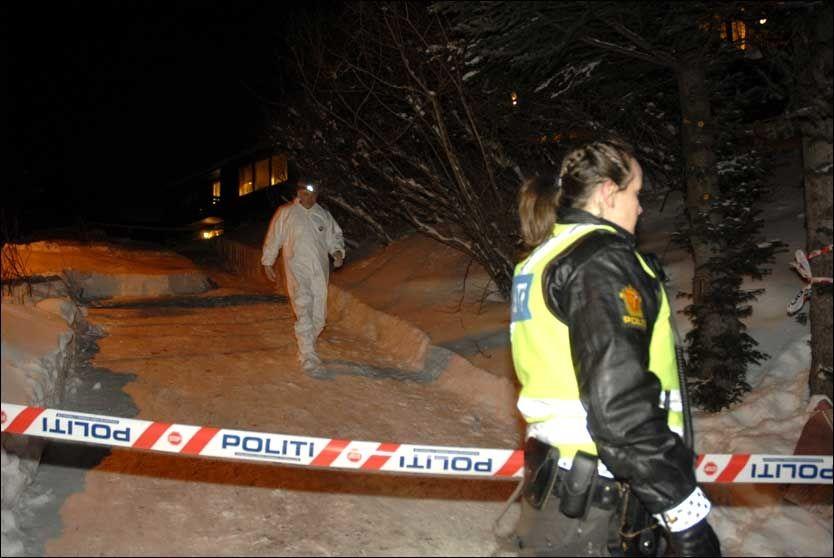 ETTERFORSKNING: Lokalt politi og Kripos sikrer spor ved stedet der tre mennesker ble funnet drept søndag. Foto: Scanpix