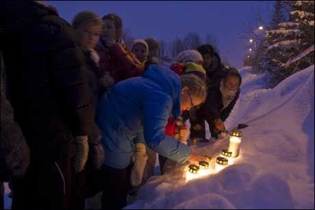 SORG: Ungdommer tente mandag kveld lys utenfor Tomasjordveien 75 der Linda Anett Hansen (35) og Ole-Roger Olsen (44) og hans mor Ragna Elida Christensen (61) ble drept søndag kveld Foto: Scanpix