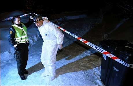 ÅSTED: Kripos sikrer spor på stedet der tre mennesker ble funnet drept søndag. Foto: Marius Hansen