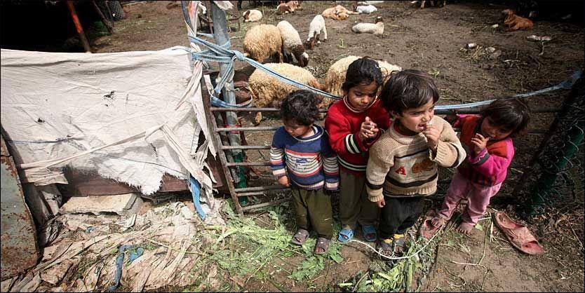 BOR UTE: Redd Barna melder at de hindres i arbeidet med å gjenoppbygge Gaza. Her er tre palestinske søsken fotografert 23.mars utenfor teltet familien bor i. Foto: EPA
