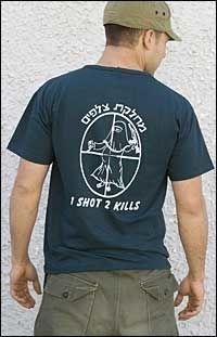 T-SKJORTER: Den israelske forsvarsledelsen har tatt avstand fra T-skjortene som er i omløp blant soldatene. Foto: AP