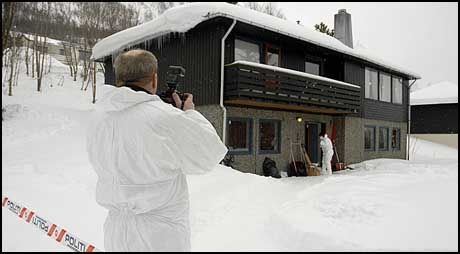 ÅSTEDET: Kriminalteknikere fra politiet arbeidet mandag på åstedet for søndagens trippekldrap i Tromsdalen.