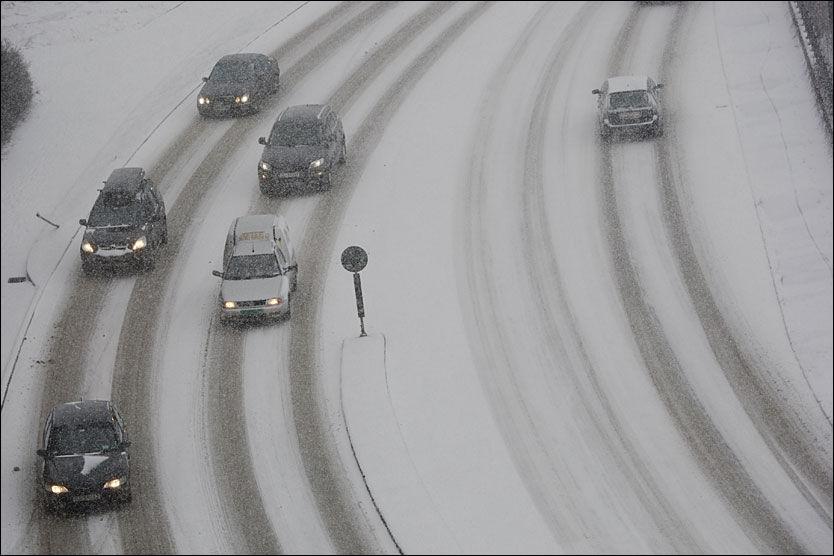 DET SNØR DET SNØR: Snøværet kom tilbake til Oslo i dag. Her fra Fagerheimgata. Foto: SCANPIX