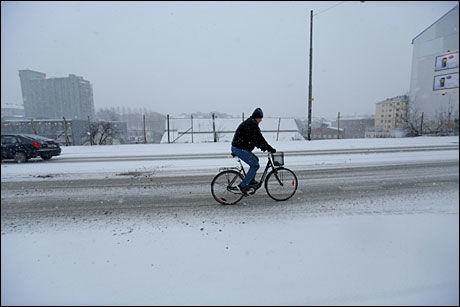 LAR SEG IKKE STOPPE: Snøværet hindrer ikke alle som har tatt ut sykkelen tidlig. Foto: SCANPIX
