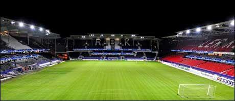 SVART: I kveld slukkes lysene på Lerkendal Stadion i forbindelse med Earth Hour. Foto: Bjørn S. Delebekk