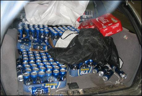 BLIR ANMELDT: De to unge mennene blir anmeldt etter å ha fylt både bil og henger med øl på vei over svenskegrensen. Foto: Tollvesenet