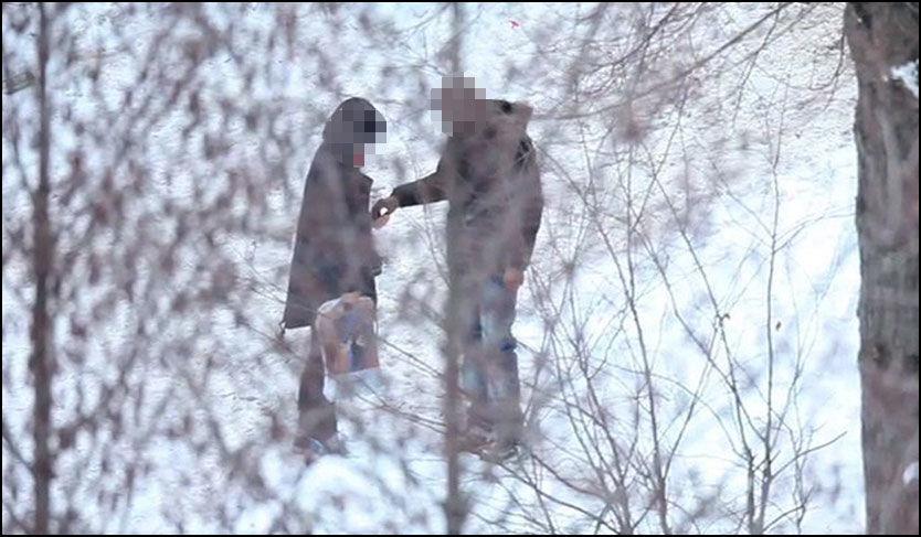 STRAFFER KUNDENE: Politiet i Oslo kontakter barnevernet dersom en person som blir tatt for narkokjøp har barn. Bildet er tatt da VG Nett satte fokus på den åpenlyse omsetningen på Nedre Grünerløkka tidligere i år. Foto: Ola Haram