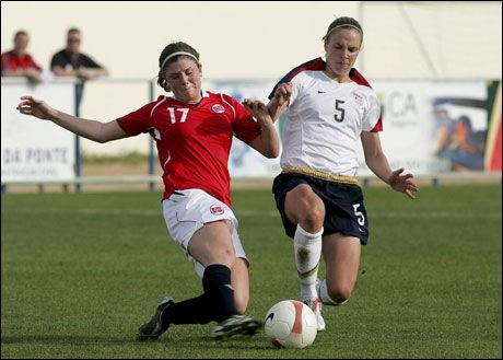 LABER TV-INTERESSE FOR EM: Her er Maren Mjelde (t.v.) avbildet i kampen mot USA i Algarve Cup i vår. Foto: EPA