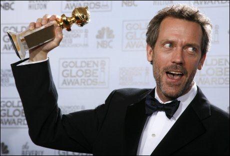 IRONISK THRILLER: For tretten år siden debuterte Hugh Laurie som krimforfatter med «Våpenhandleren». For rollen i «House» har skuespilleren vunnet en rekke priser. Her jubler han for Golden Globe. Foto: AP