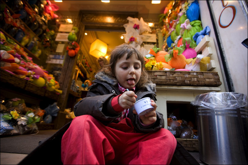 NAM! Matilde (5), innfødtFirenze-væring, nyter en fersk gelato på trappen til sjokolade- og isbutikken Vestri.