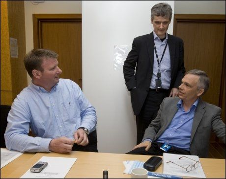 Sjef for TV-nyhetene i NRK, Jon Gelius (t.v.), i samtale med kringkastningssjef Hans-Tore Bjerkaas og prosjektleder Per Arne Bjerke. Foto: Scanpix