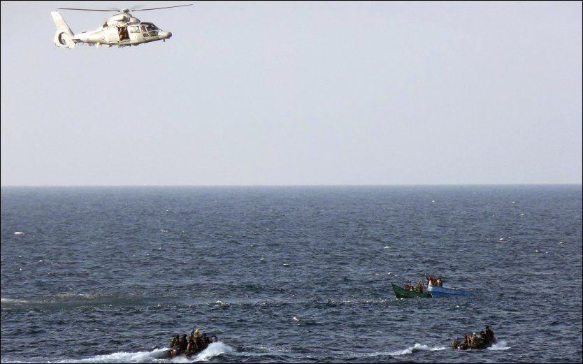 PÅ PIRATJAKT: Soldater fra den franske marinen stormet fredag en fransk seilbåt som var blitt overtatt av pirater i Adenbukta utenfor Somalia. Foto: AP