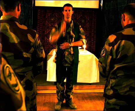 VIL HA FELT-IMAMER: Det går frem av en intern utredning i Forsvaret. Her mottar jagerflyvere velsignelser fra en norsk feltprest i Afghanistan. Foto: HARALD HENDEN