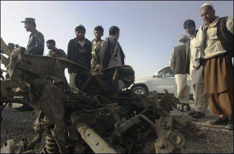 SELVMORDSBOMBER?: Dette skal være det som er igjen av kjøretøyet til selvmordbomberen. Foto: AP