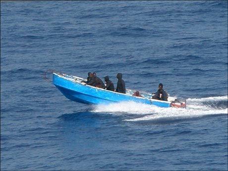 SÅ NÆRE KOM DE: Her har piratene kommet helt opptil MV Front Ardenne. Flere av mannskapene kunne se piratenes våpen. Foto: V Ships Norway