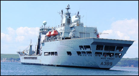 REDNINGEN: Det engelske forsyningsskipet «Wave Knight» kom raskt fram til den norske tankeren. Foto: Royal Fleet Auxiliary