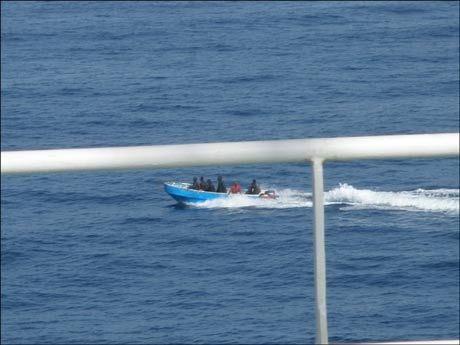 KLARE TIL ANGREP: Mannskapet på MV Front Ardenne rakk å avbilde piratene som satte kurs mot skipet deres før kanadisk marine kom dem til unnsetning. Foto: V Ships Norway