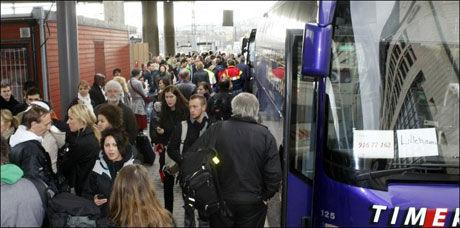 KAOS: Mange mennesker ble forsinket etter at togstansen var et faktum. Foto: Scanpix