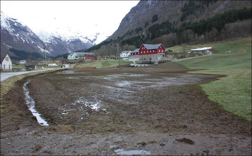 GJØDSEL-SØL: I bakgrunnen kan man se siloen som har kollapset. Foto: Geir Ove Dvergsdal