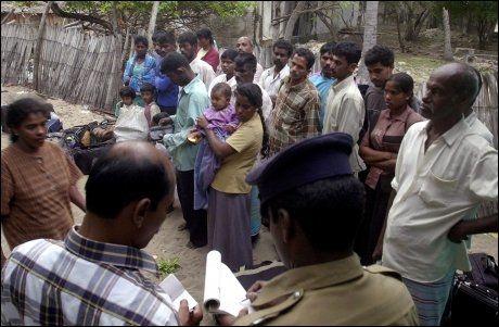 PÅ FLUKT: Ifølge regjeringshæren på Sri Lanka har over 100.000 mennesker flyktet fra krigssonen den siste tiden. Foto: AP