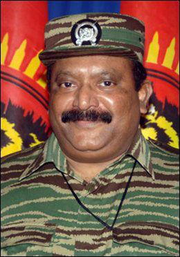 """LTTE-LEDER: Lederen av LTTE, Velupillai Prabhakara, som blir omtalt some n """"solgud"""" av sine tilhengere. I tre tiår har han ledet et opprør for å opprette en egen stat for tamilene og tok i bruk selvmordsbomber lenge før Al-Qaeda begynte å ta i bruk angrepsmetoden. Foto: AFP"""