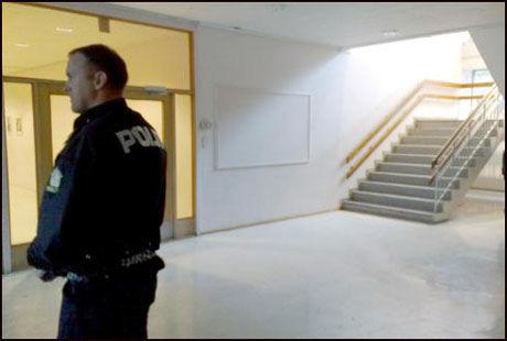 SKJØT I SKOLEGÅRDEN: Gutten rakk å avfyre skudd i skolegården før lærere fikk tatt fra ham våpenet. Politiet holder tirsdag formiddag vakt ved skolen. Foto: Morten Andersen/Harstad Tidende Foto: