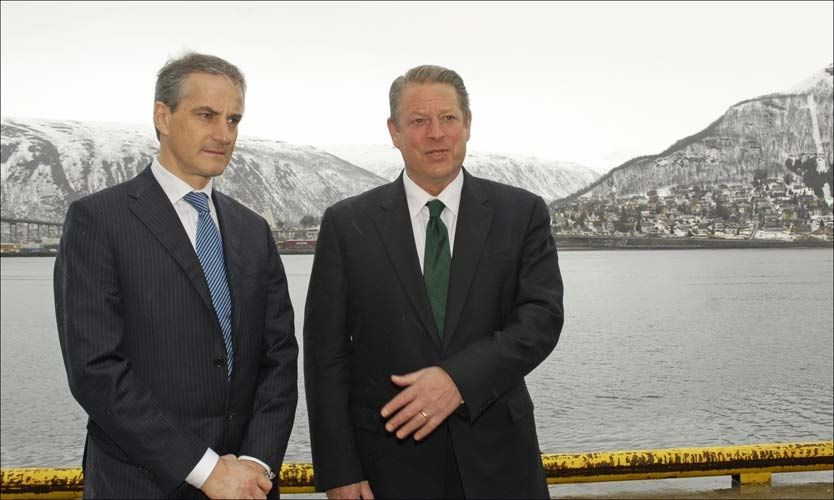 - DÅRLIG TID: Nobels fredprisvinner og tidligere amerikansk visepresident Al Gore konstaterte at verden har dårlig tid på seg til å møte klimatrusselen, da han møtte Jonas Gahr Støre i Tromsø tirsdag. Foto: Scanpix