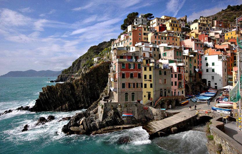 RIOMAGGIORE: Cinque Terre-byene klorer seg fast som best de kan i fjellskrentene. Her Riomaggiore, der båtene dominerer på parkeringsplassen.