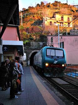 TA TOGET: Toget er tingen når du skal forflytte deg mellom byene i Cinque Terre - hvis du synes det blir for langt å gå. Her jernbanestasjonen i Vernazza.