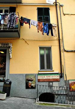 TIL TØRK: Dagligliv og turisme, fortid og nåtid, lever side om side i Riomaggiore.