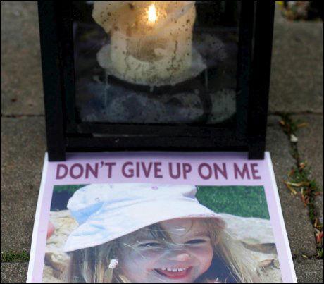 BER FOR MADDIE: En plakat av med bilde av Madeleine McCann i landsbyen Rothley i Midt-England. Foto: EPA