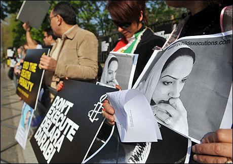 DEMONSTRERTE: Medlemmer i Amnesty International demonstrerte utenfor den iranske ambassaden i London 20.april, dagen Delara i utgangspunktet skulle henrettes. Foto: AFP