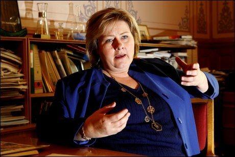 TILTAK: Høyre-leder Erna Solberg vil kutte i arbeidsgiveravgiften for å hjelpe bedriftene gjennom finanskrisen. Foto: Trond Solberg