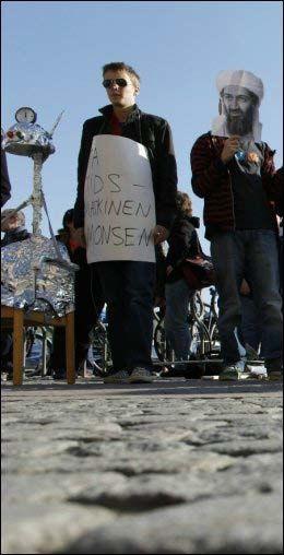MÅTTE SNU: Aktivistene fra Rødt og Rød Ungdom ville sende Nina Karin Monsen tilbake i tid, men måtte snu med uforrettet sak. Foto: Scanpix