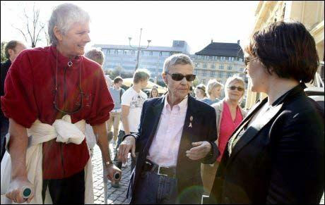 DEMONSTRERTE MOTT FRITT ORD: Grete Holen (t.v.) og tidligere Fritt Ords Pris-mottaker Kim Friele (midten) var blant deltagerne i tirsdagens demonstrasjon mot Fritt Ords prisutdeling til Nina Karin Monsen Foto: Scanpix