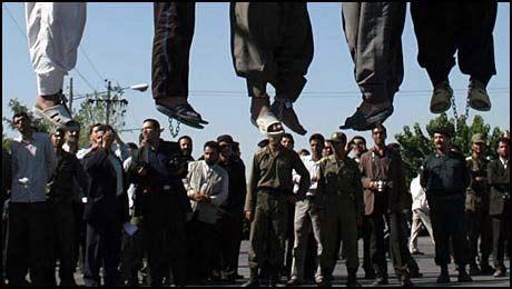 HENRETTER: Iran fortsetter å henrette mindreårige lovbrytere. Her fra en tidligere offentlig henrettelse. Foto: AP