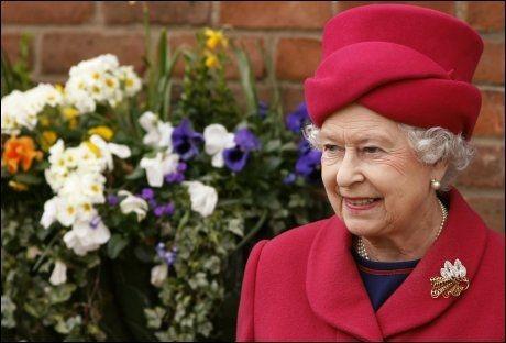 DRONNINGEN: Det var på Dronning Elizabeths slott Sandringham at butleren så på homseporno. Her er dronningen blitt avbildet under en tidligere anledning. Foto: REUTERS