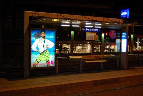 SYNLIG: Plakatene finnes blant annet på bussholdeplasser og T-bane-stasjoner. Foto: Rød Ungdom