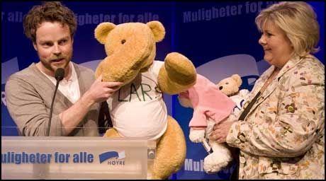 LITT SIRKUS: Unge Høyres Torbjørn Røe Isaksen overrakte tre teddybjørner med navnene Lars, Siv og Dagfinn til Høyres partileder Erna Solberg under landsmøtet i Oslo for et år siden. Foto: