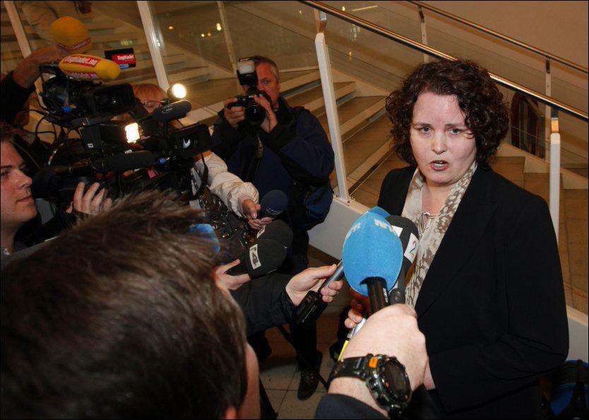 KAOTISK PRESSEKONFERANSE: Sylvia Brustad går nå med på Røkkes transanksjoner, men nektet å ta selvkritikk. Foto: Scanpix
