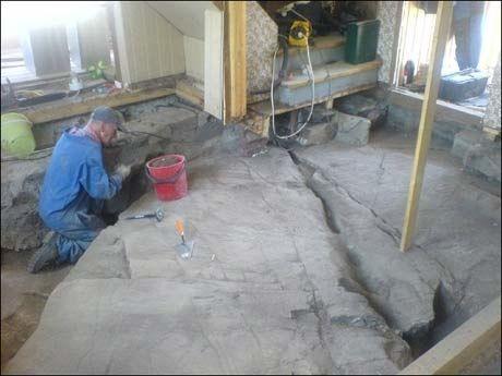 UTEN GULV: Slik så første etasje ut etter at Fon og Davidsen måtte rive opp gulvet for å fjerne maurreirene. Foto: Privat