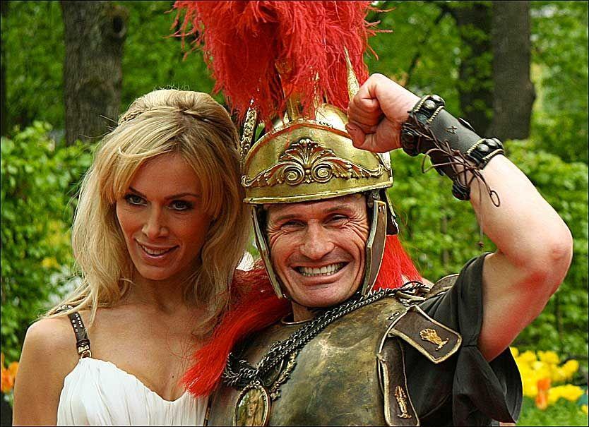 STRÅLTE: Petter Stordalen og forloveden Gunnhild Melhus strålte for fotografene før kveldens store fest. Foto: Lars Akerhaug