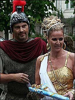 FESTKLAR KARITA: Karita Bekkemellelm i romersk pryd sammen med ektemannen Stein Røsberg. Foto: Lars Akerhaug