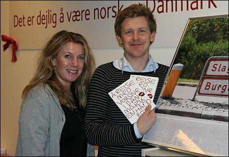 LATTERMILDE: Sanna Johnsen og Jørgen Bjerke på Visit Denmarks Oslo-kontor har kjørt Danmark rundt og tatt bilder av alle de rare navneskiltene de fant. Foto: Vidar Mørch