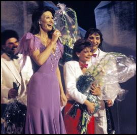 FINALE I GRIEGHALLEN: Åse Kleveland ledet den internasjonale finalen i Grieghallen i 1986, hvor 14 år gamle Sandra Kim avnt for bELGIA. Foto: Scanpix
