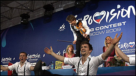 DANSET OG SPILTE: Det var virkelig Alexander-show pressekonferansen etter at Rybak gikk av med en overlegen seier i Melodi Grand Prix. Foto: Roar Dalmo Moltubak