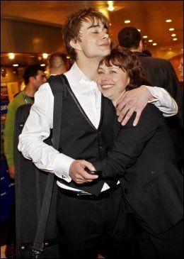STOLT MOR: Alexander Rybak avbildet etter at han kom tilbake til hotellet sitt etter seieren - her med mor Natalia. Foto: Sara Johannessen/Scanpix