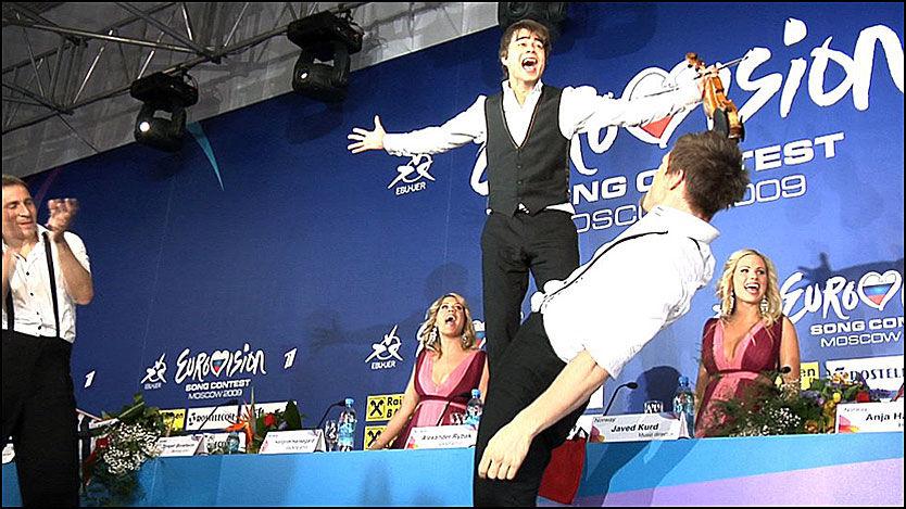 PÅ BORDET: Alexander Rybak danset på bordet mens Frikar-danserne hoppet og slo salto. Stemningen sto i taket under pressekonferansen etter den overlegne MGP-seieren. Foto: Roar Dalmo Moltubak